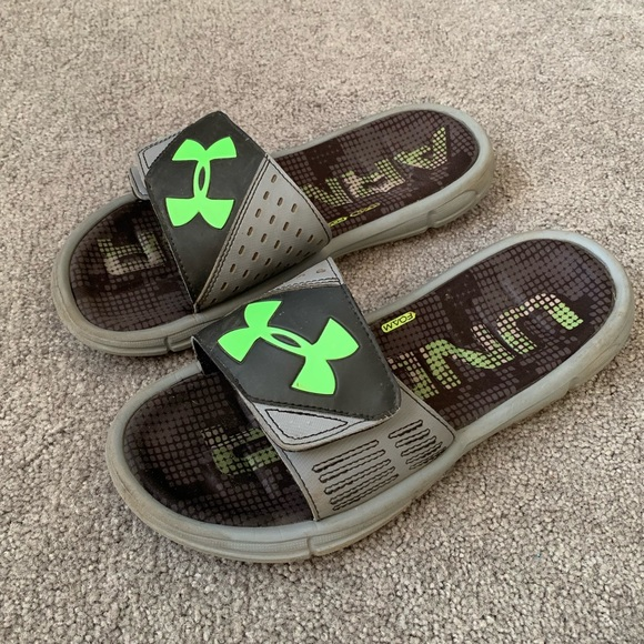 c4624b6f230 Under Armour Boys Slides - Size 6 Good Condition. M 5c75355a3e0caa8a9fbec711
